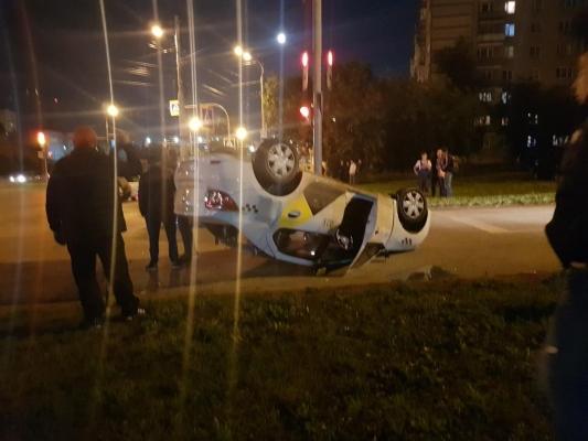 Такси перевернулось в Ижевске после столкновения с иномаркой
